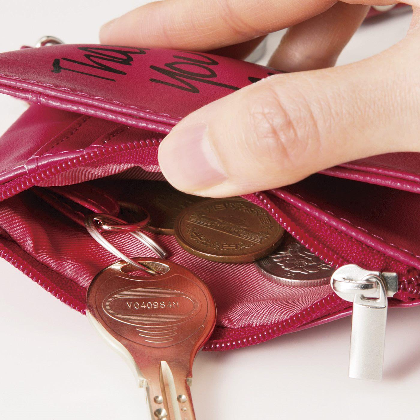 ファスナーポケットの中には、かぎをつないでおけるループ付き。