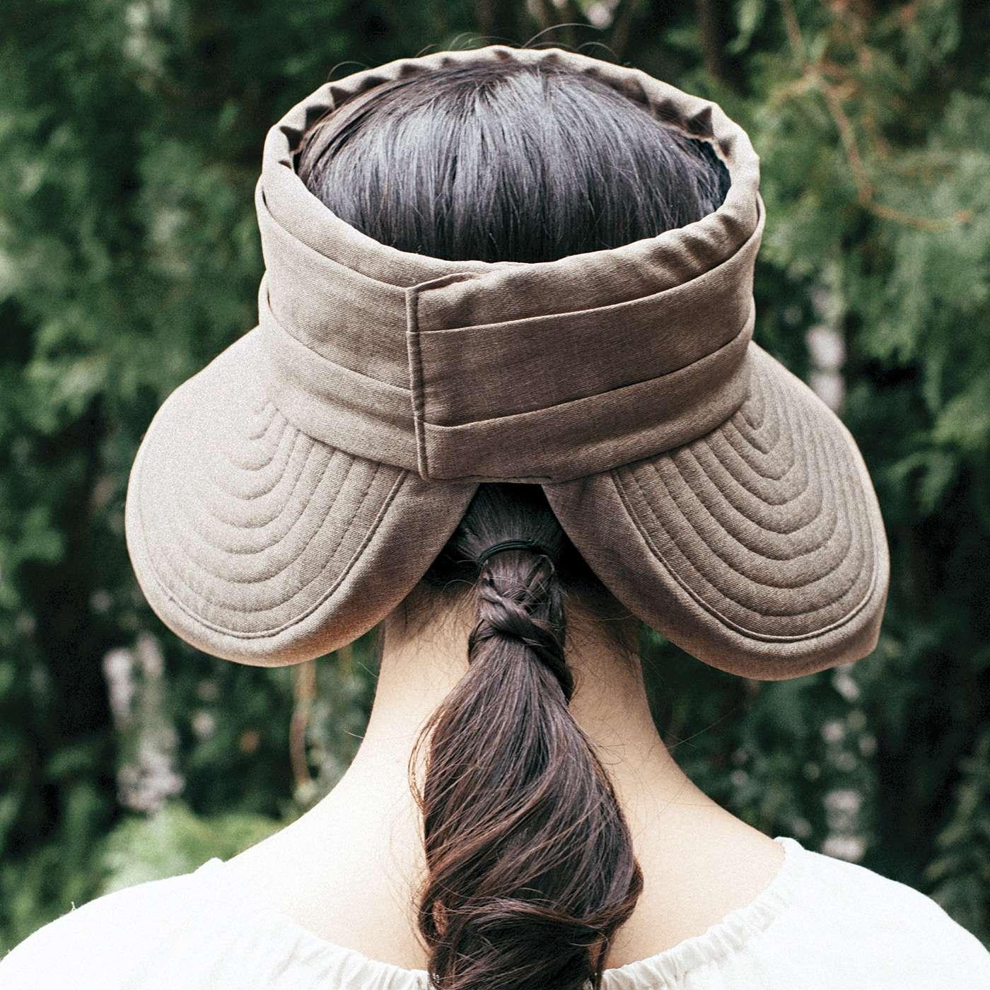 後ろのつばが開いているので低めの位置のポニーテールやおだんごヘアが出せる♪