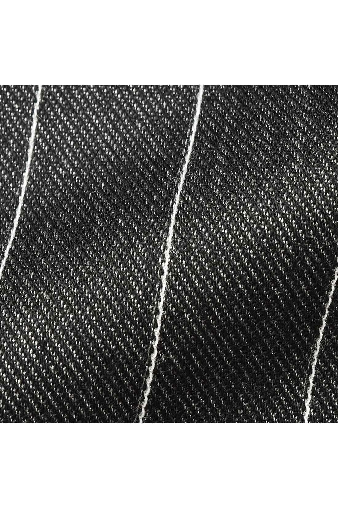 36ゲージの希少な編み機でデニムのような生地目のしっかりとした生地に仕上げたハイゲージニットツイル。