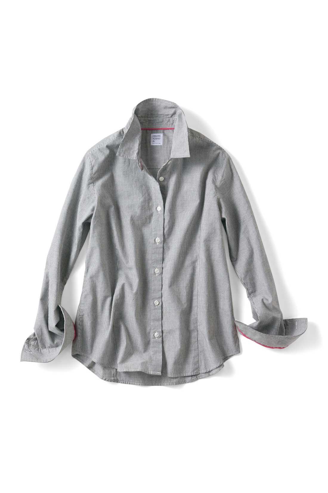 マニッシュなシャツながら、袖をまくれば、女らしさが垣間見えるヴィヴィッドカラーの配色テープ。