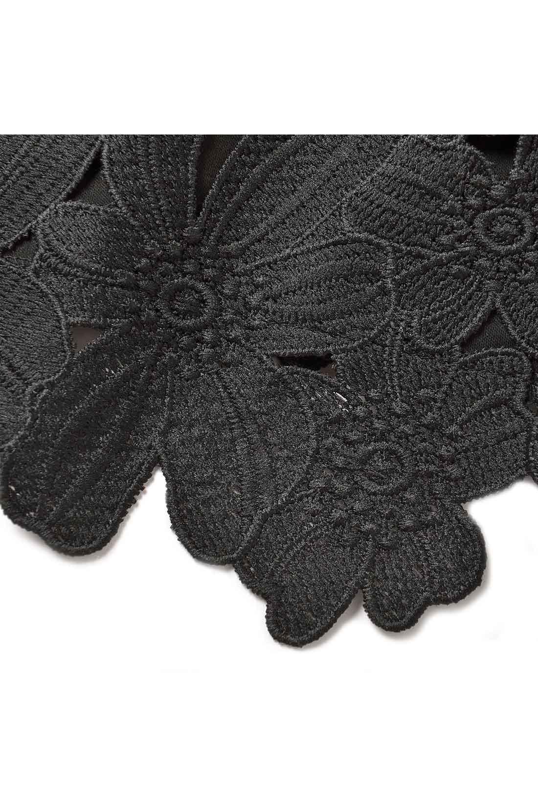 ほどよく肉厚で光沢感のあるきれいめ素材と旬の大柄フラワーレースの組み合わせ。