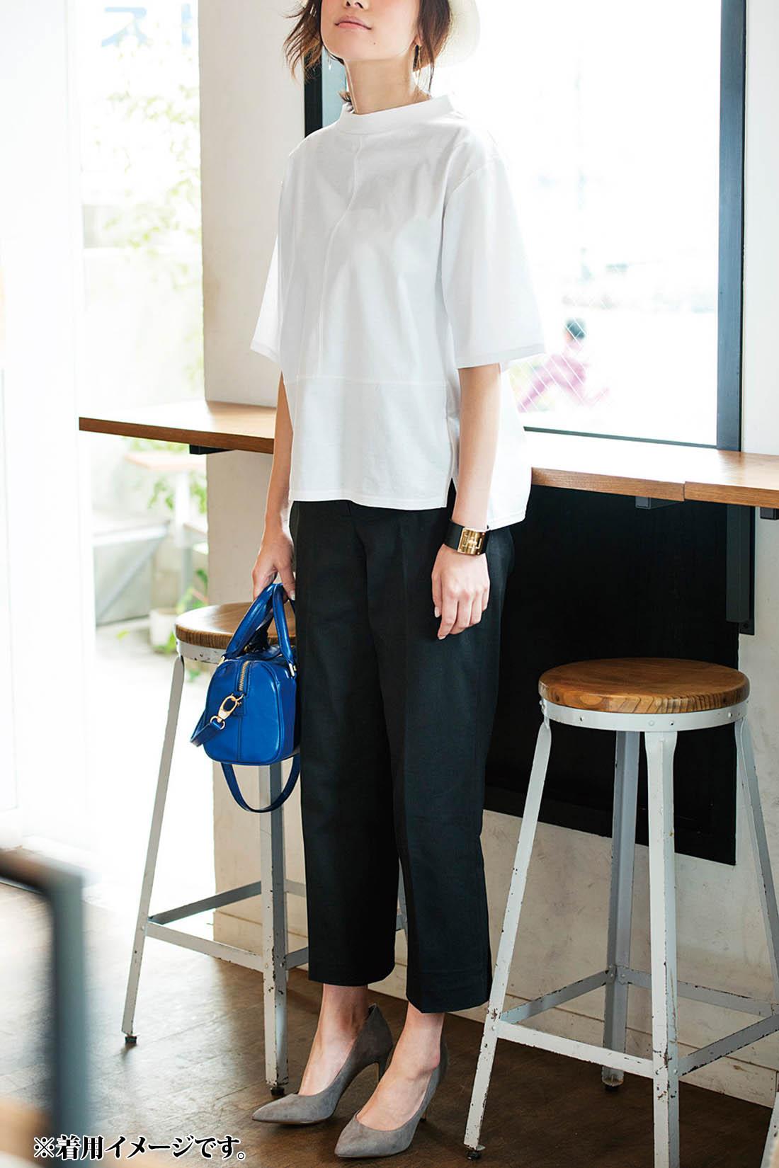 Tシャツ=カジュアルのイメージを一新。リラックス感はキープしながら、シックなボトムスときれいめ小物で大人っぽく。ゆったりボックスシルエットのトップスは風の通りがよく、涼やかに着られるメリットも。