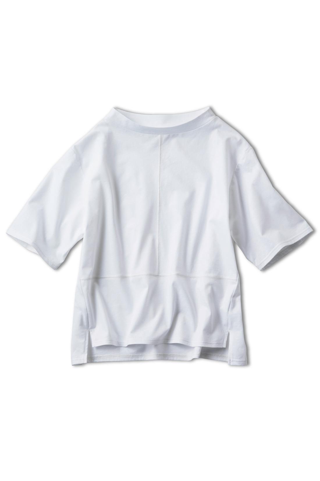 〈ホワイト〉一枚でもきちんと着映えする切り替えがポイント。サイドラインを前にふることでさりげなく細見せも。さらにサイドスリットでシャープな印象に。シンプルボトムスに合わせるだけでOK。トレンド感たっぷりの、ハーフネック&ハーフスリーブなら秋まで大活躍!袖をロールアップしてもかわいく着こなせます。