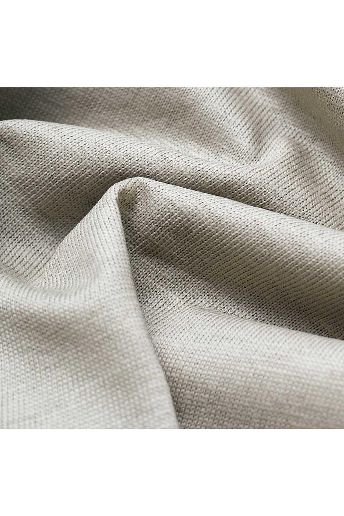 〈ペーパー天じく〉綿100%の高密度な天じく素材の表面に、ポリウレタンコーティングをほどこした張りのあるクリスピーな質感が特徴。Tシャツのようなカジュアルなアイテムもラフになりすぎず、クリーンな雰囲気できれいめに楽しめるのが新鮮。 ※お届けするカラーとは異なります。