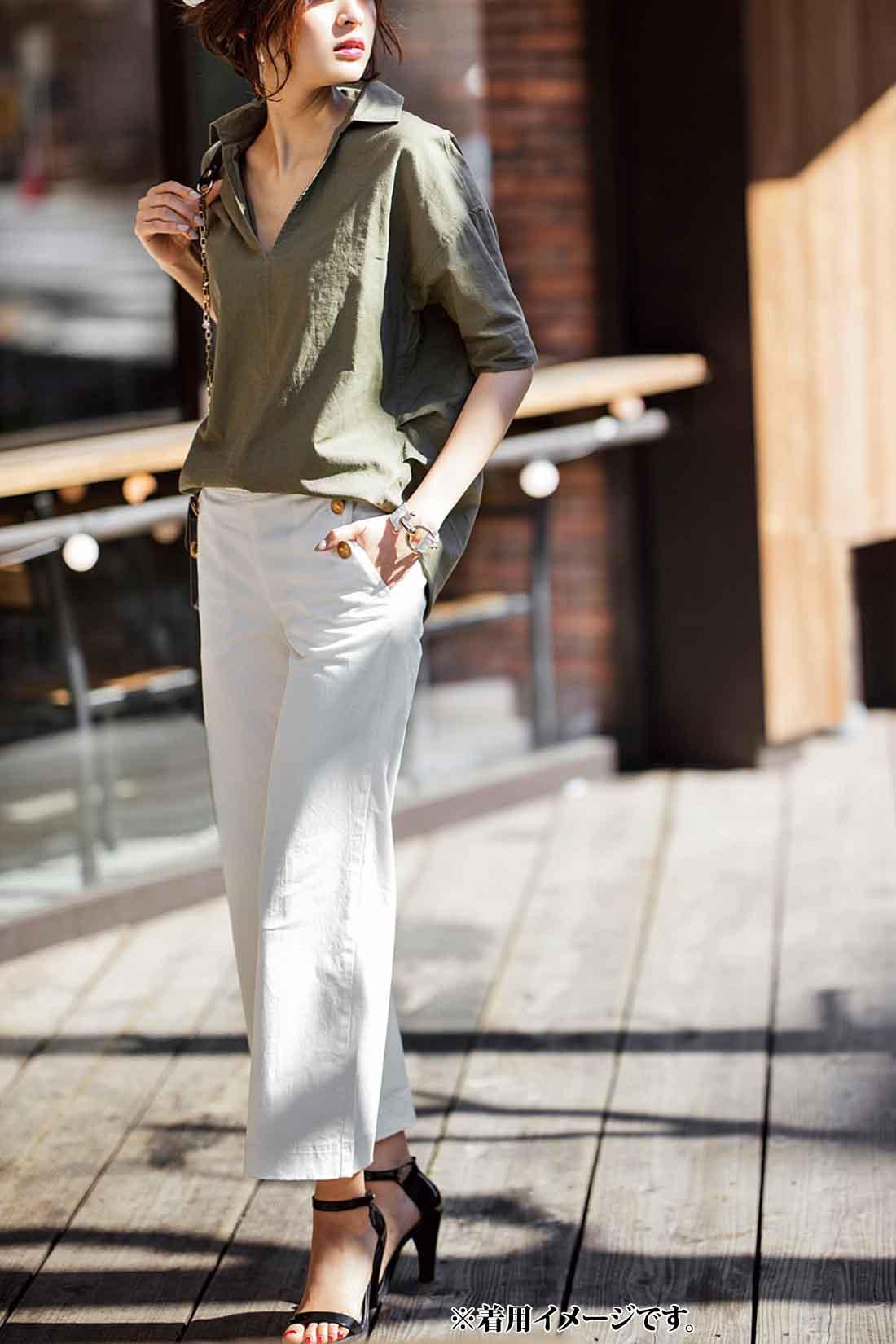 シックなトーンがより洗練された印象を漂わす大人のマリンスタイル。バッグ、シューズなど、小物はブラックで潔く統一しスパイシーに仕上げるのが今年らしさ。パンツのゴールドボタンやバッグのゴールドチェーンが女度を高めてくれる。