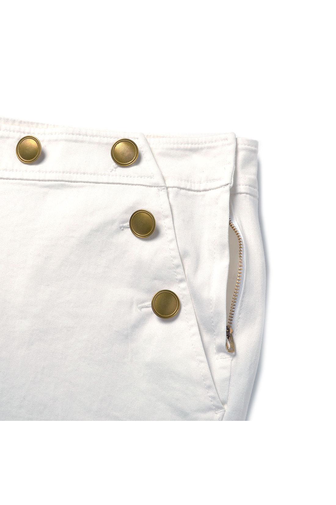 ウエストは飾りボタンを付けて細く見せる工夫。着脱はサイドのファスナーでスムーズ。