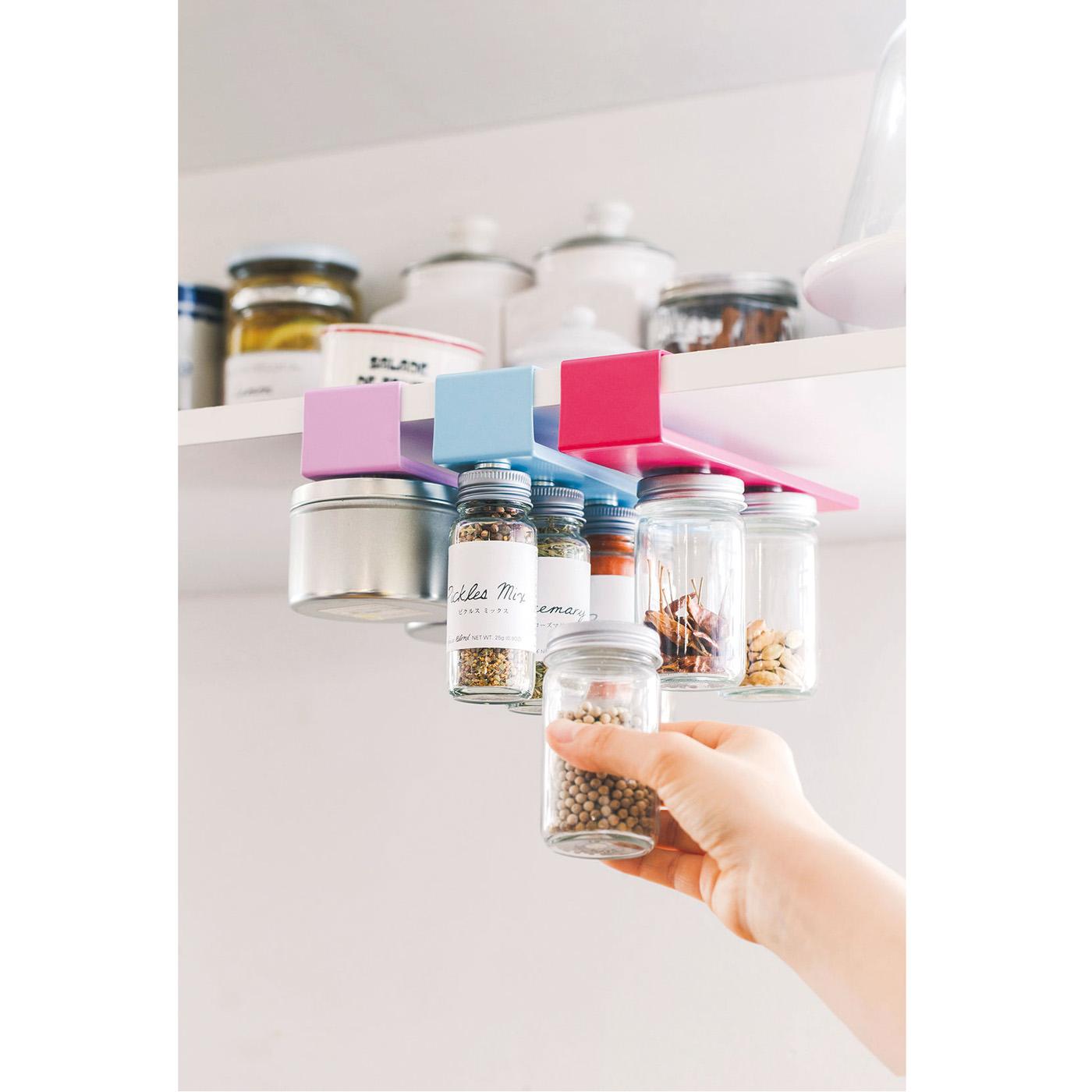 つり戸棚などの棚板にスパイスをつり下げ収納。