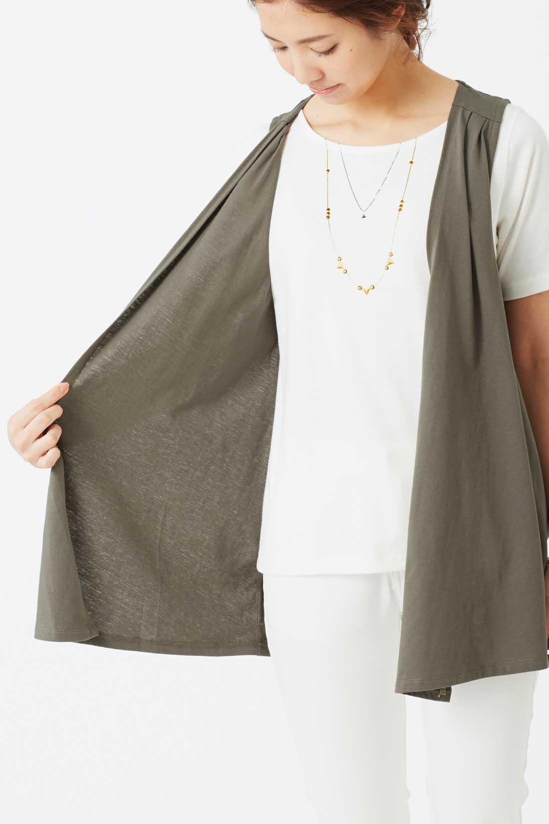 本当に重ねたように見える、ジレとTシャツのドッキング仕様。 ※お届けするカラーとは異なります。