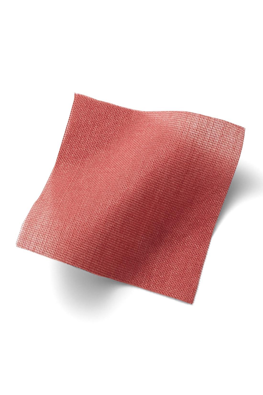 【コットンシルク】 シルク混の上質な光沢感が大人カジュアルを底上げ。 ※お届けするカラーとは異なります。