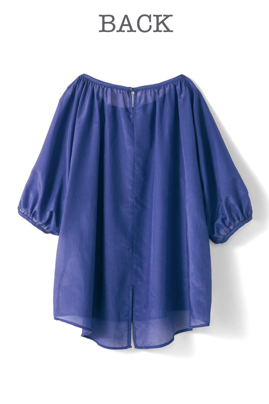 衿ぐりにはアクセントになるボタンがひとつ。すそにバックスリットを入れ、ひらりとかわいいニュアンスに。 ※お届けするカラーとは異なります。