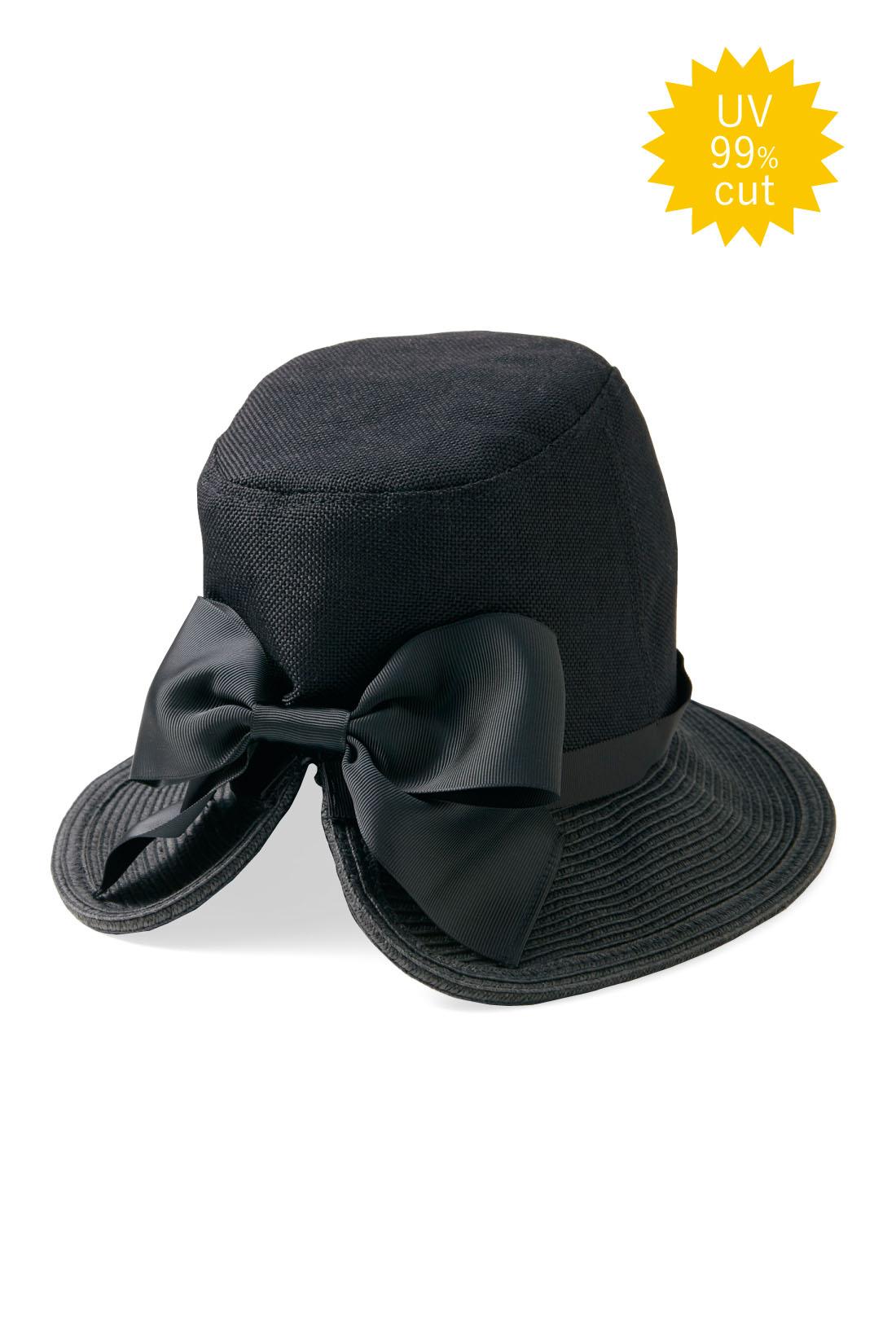 大人シックな〈ブラック〉こっそりゴムひも付きで風の強い日にも便利。