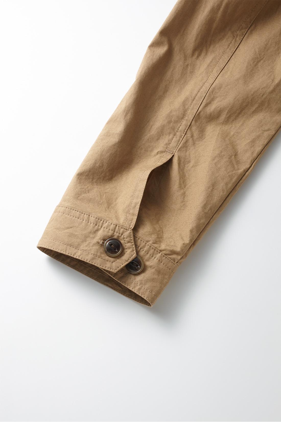 袖口は微調整がかなう2つボタン付き。
