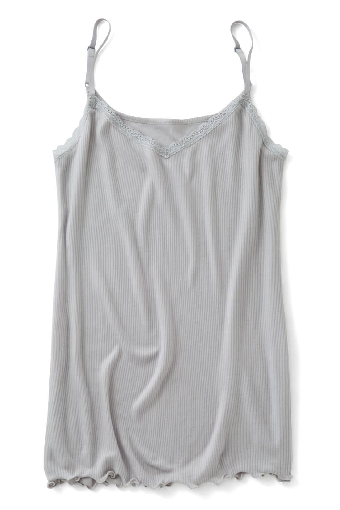 肩ひもで胸もとの開き具合を調節できます。