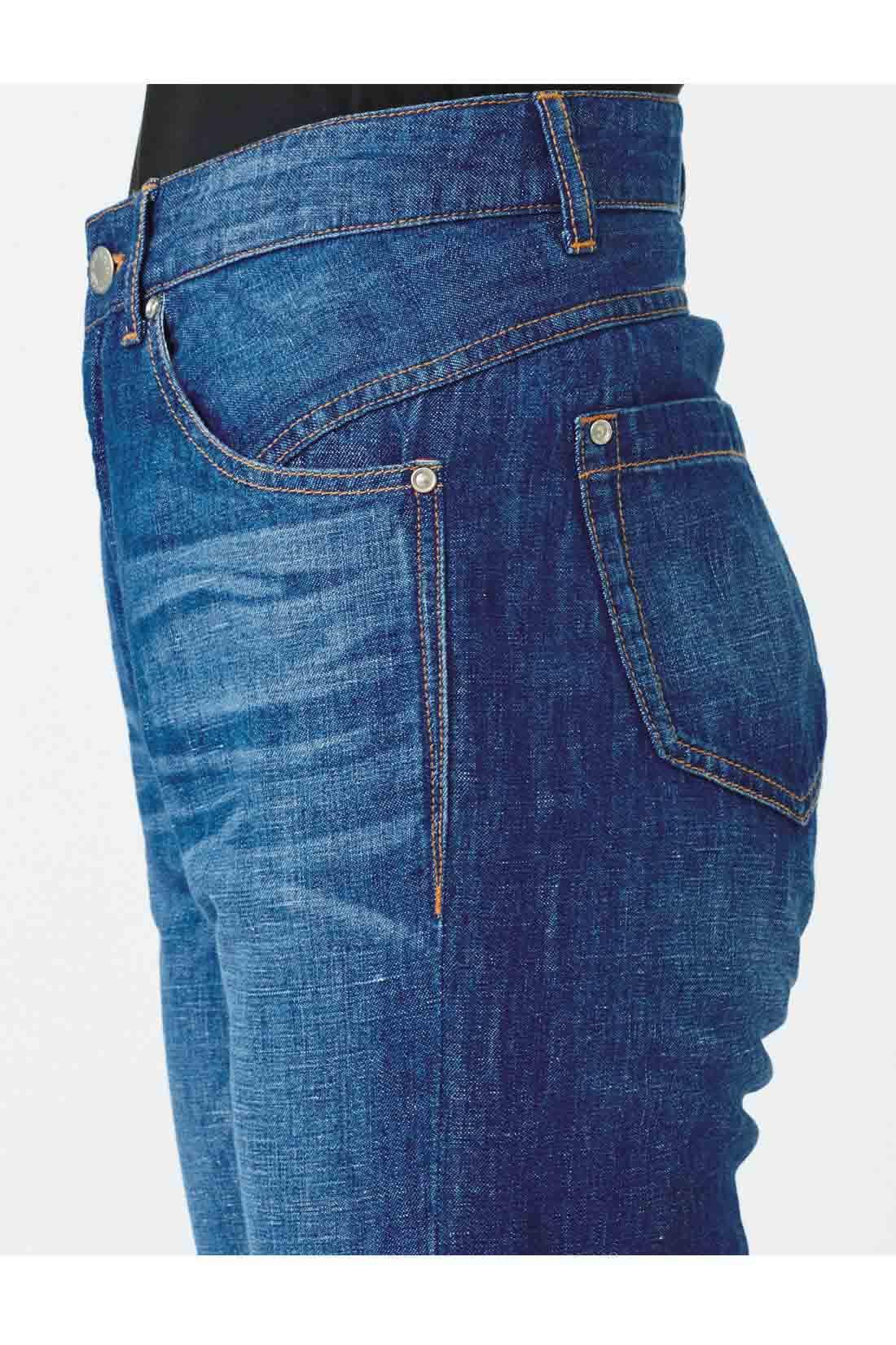 腰は前斜めに向かって入れたサイドの切り替えでスッキリ感UP。