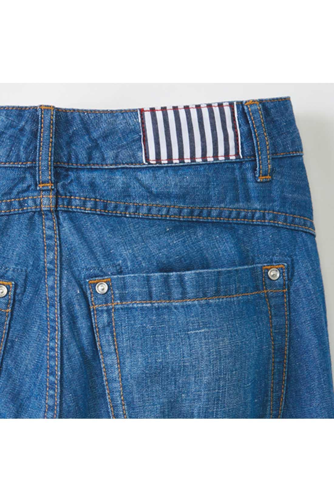 後ろヨーク+美尻ポケットですっきり見せ。ストライプの生地パッチもかわいいこだわり。