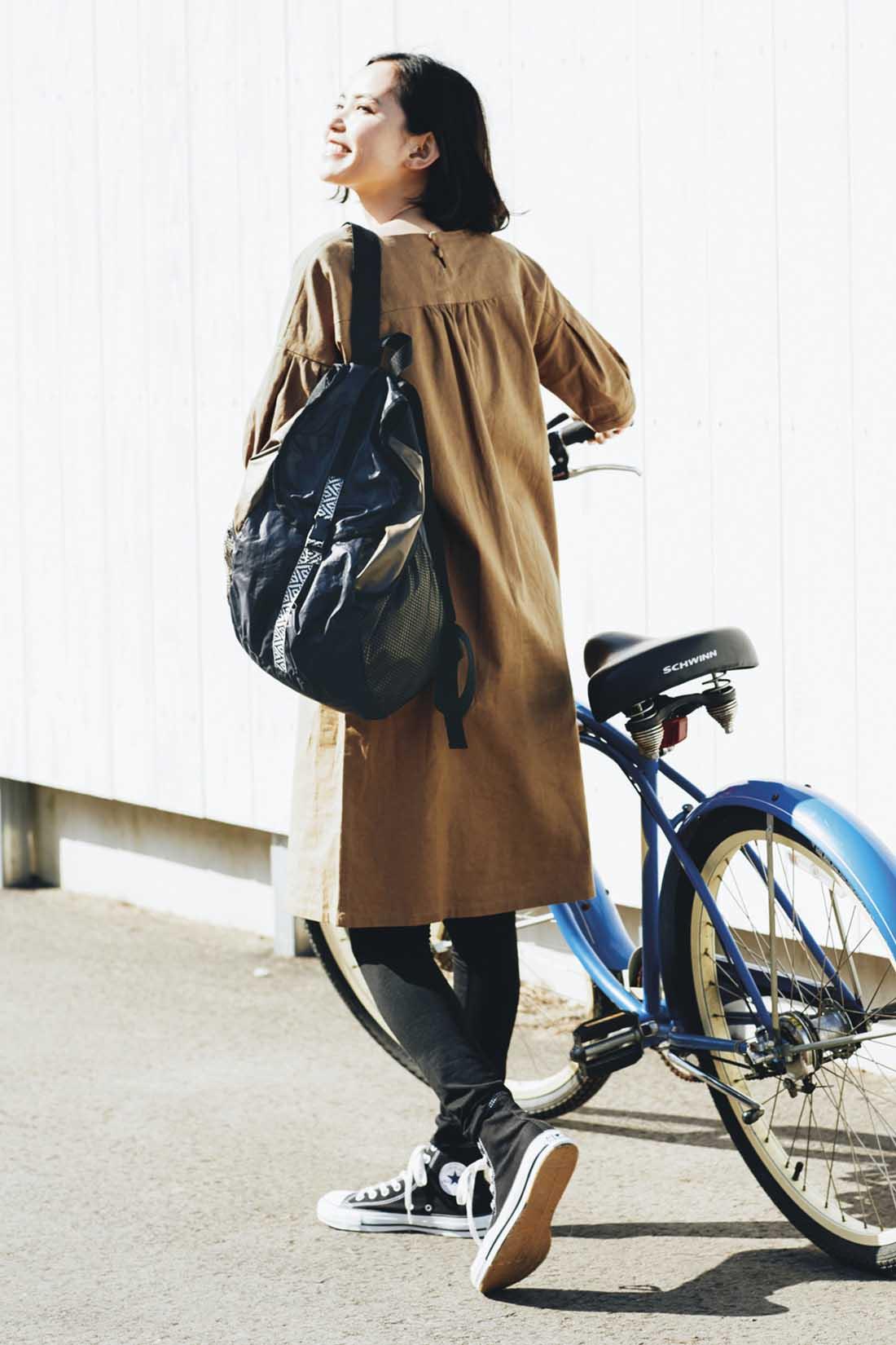 リュックは自転車にも便利。荷物が増えたとき用のサブバッグとして、たたんで持ち歩いても。