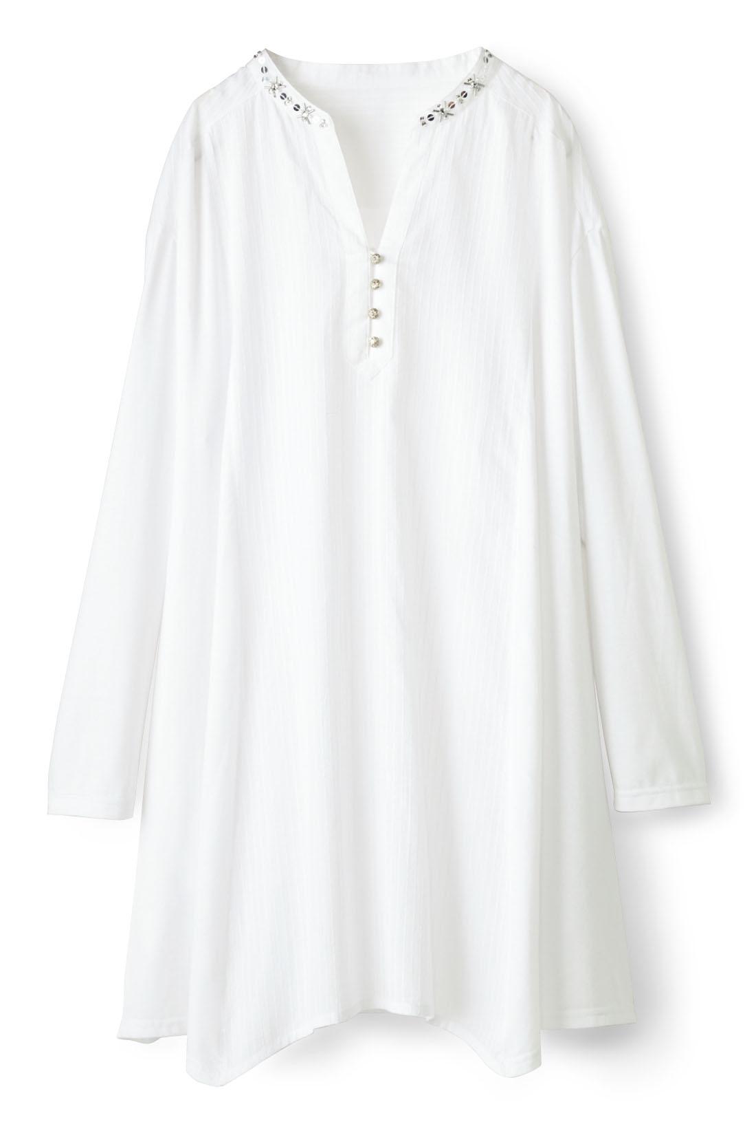 ナチュラルな【ホワイト】 ボタンの内側はインナーがチラ見えしないよう当て布でカバー。