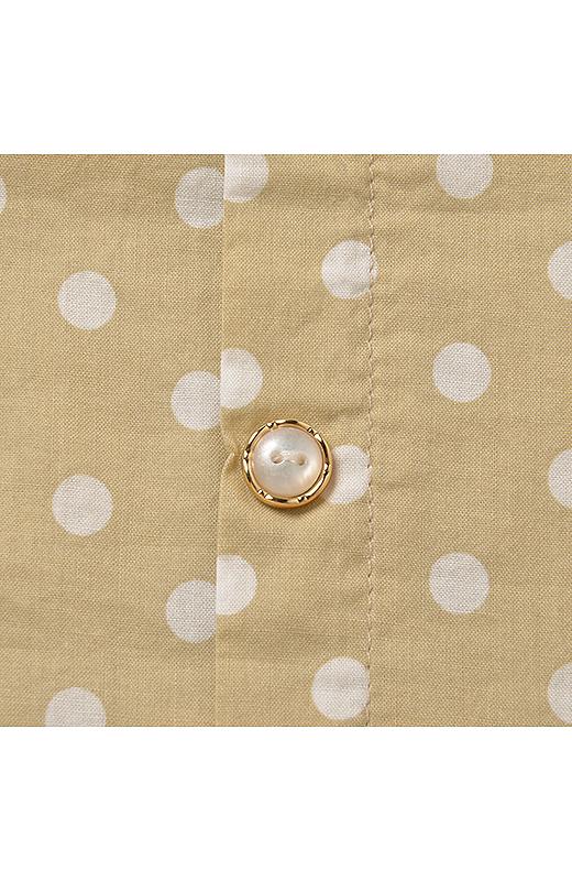 金縁のパール調ボタン。