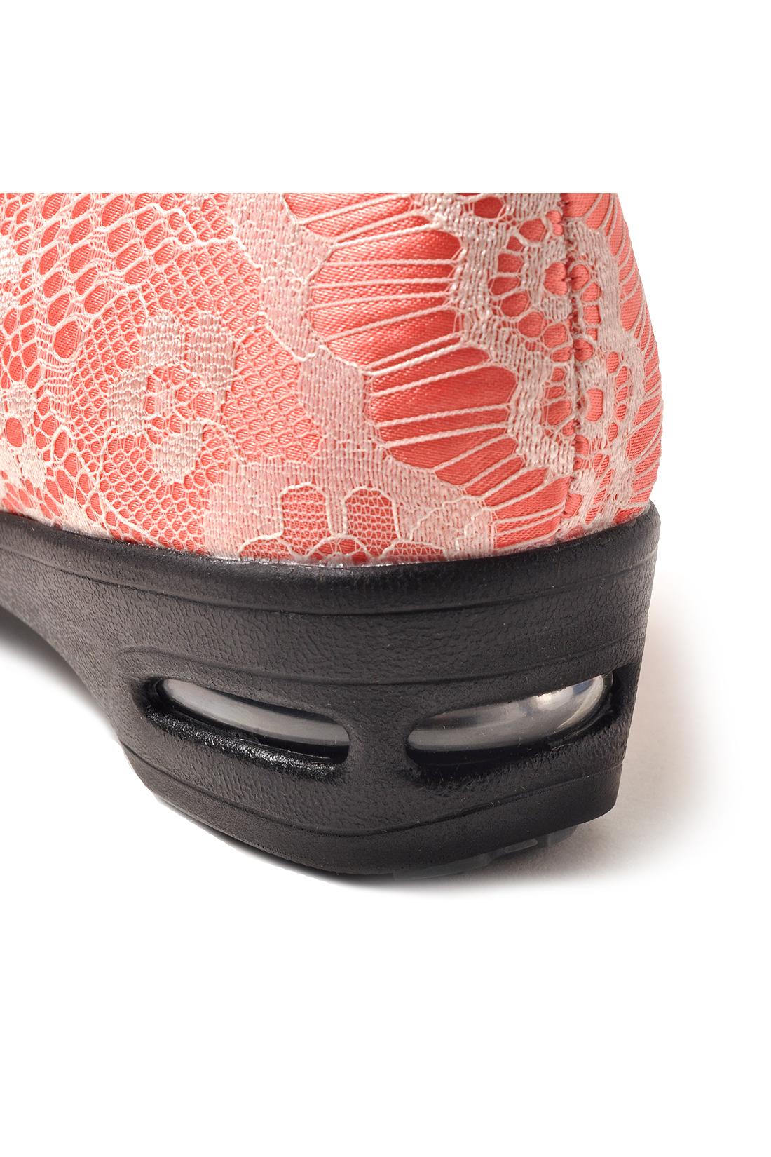 スニーカーにも使われるエアバッグを内蔵。高いクション性で歩くときの衝撃を吸収し、走り出したくなるほど軽やかな履き心地。