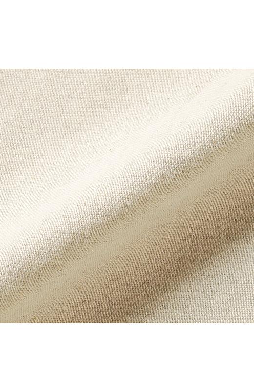 綿麻混で軽やかなサンドベージュはコーデに抜け感をプラス。