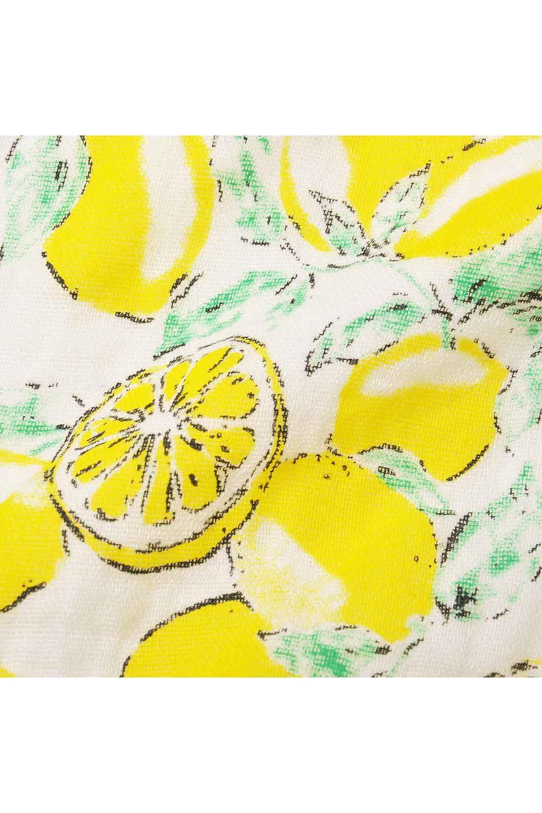 ダブルガーゼ素材の前身ごろは、ヴィンテージ調のレモンをモチーフにしたプリントの彩りが大人っぽい。