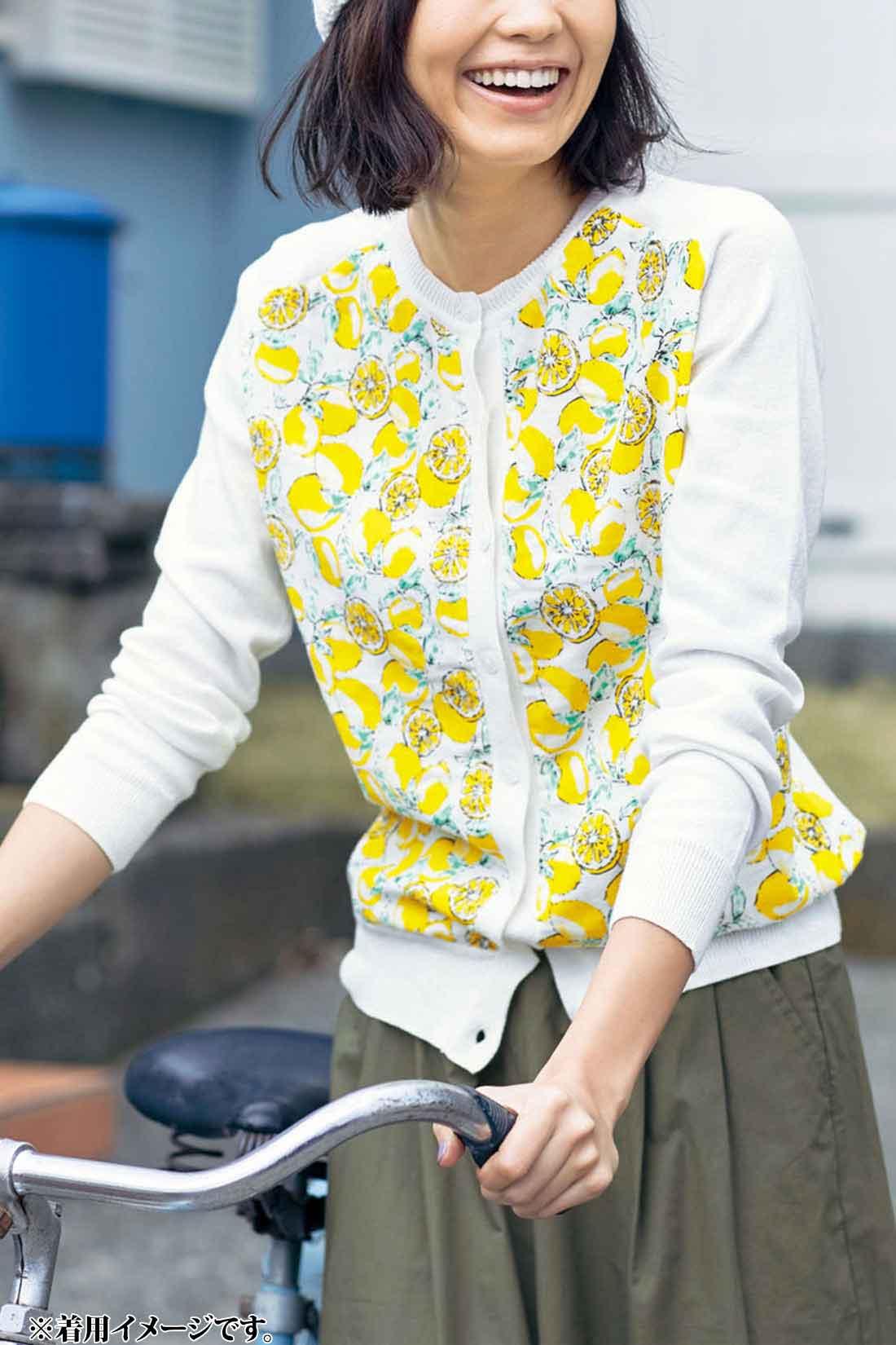 コットンニットをベースに、レモン柄のダブルガーゼを前身ごろだけに配した異素材遣い。ボタンを全部留めてプルオーバー風に着ても◎。