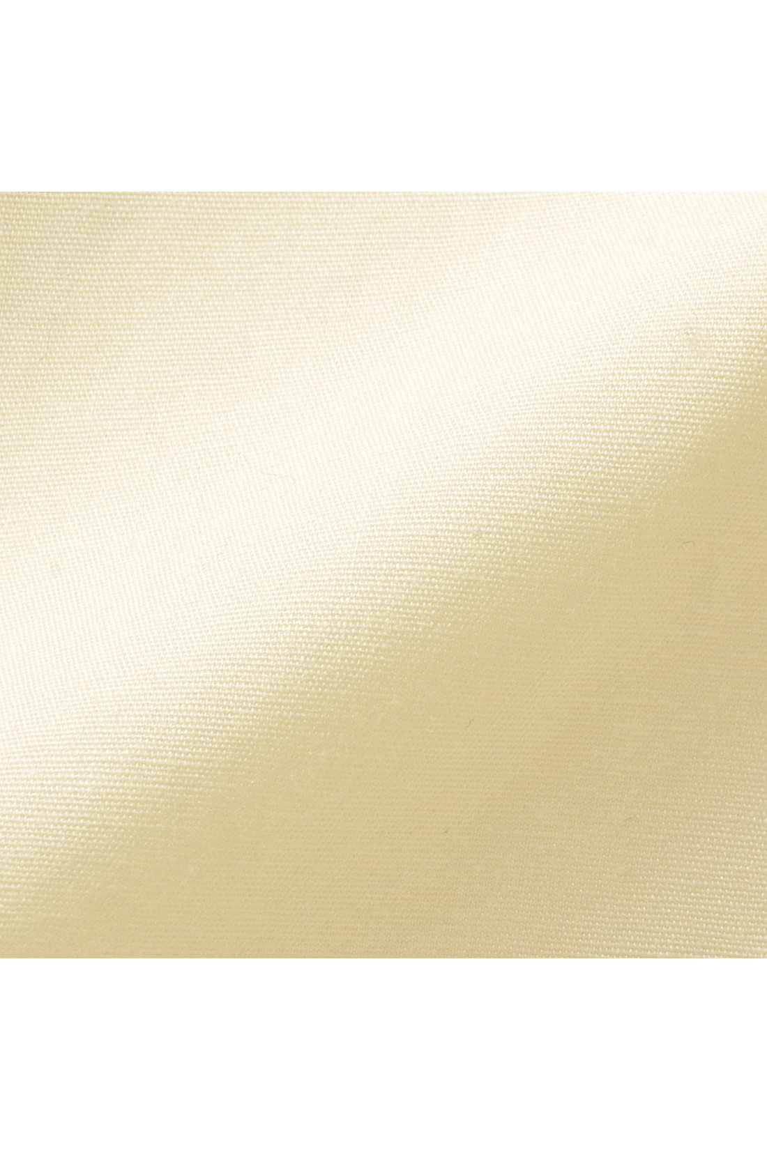 シャツ地と少しスポーティーな印象のポリエステル素材。