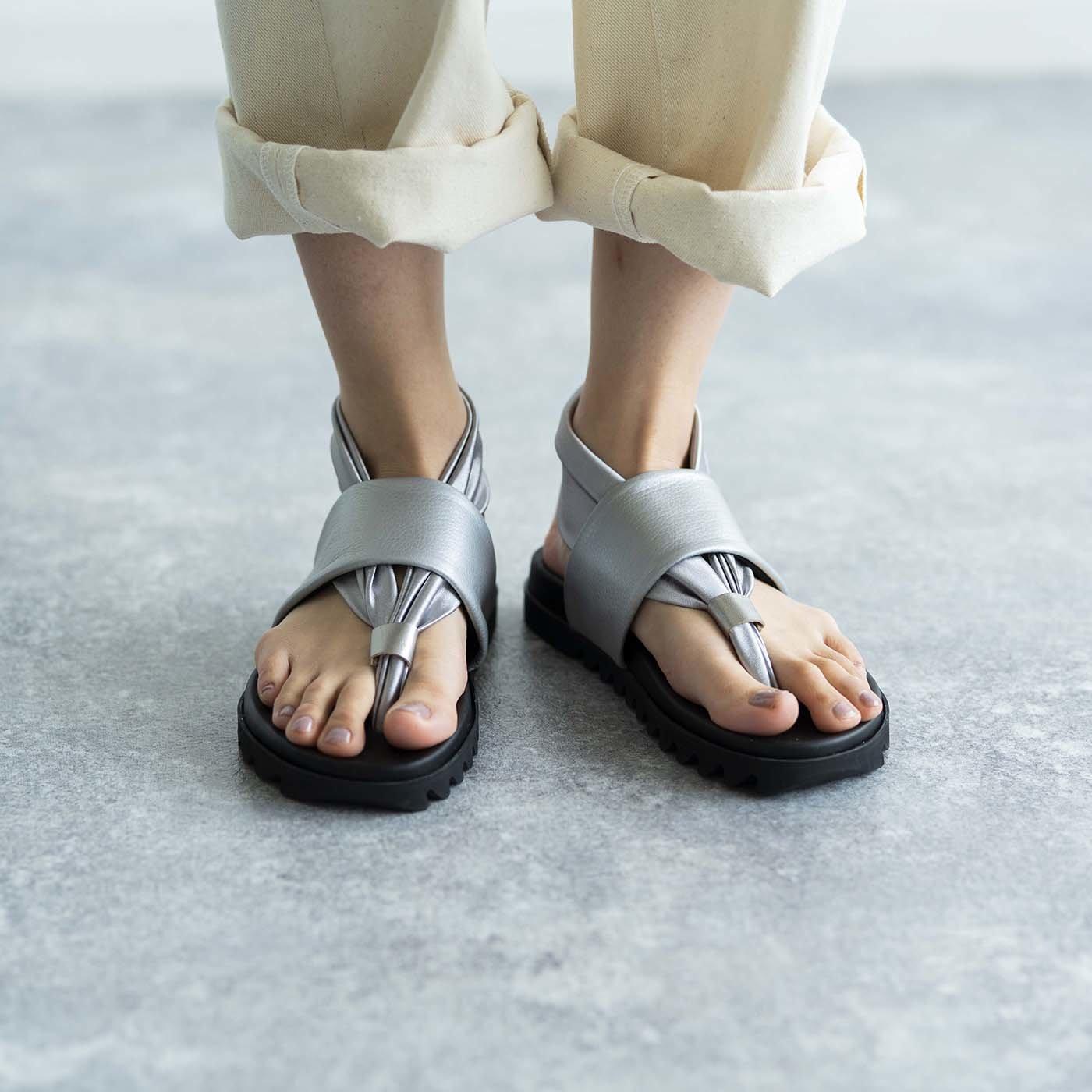 靴デザイナーの理想で仕上げた 職人本革のトングシューズ〈シルバー〉[サンダル:日本製]