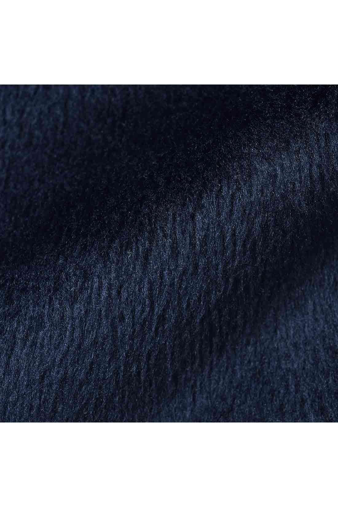 裏シャギー素材とは? 滑らかでやわらかな感触の裏シャギー起毛カットソーを使用し、ふんわり暖かく仕上げました。肉厚でも軽く、まるでブランケットに包まれているようなぬくもりです。