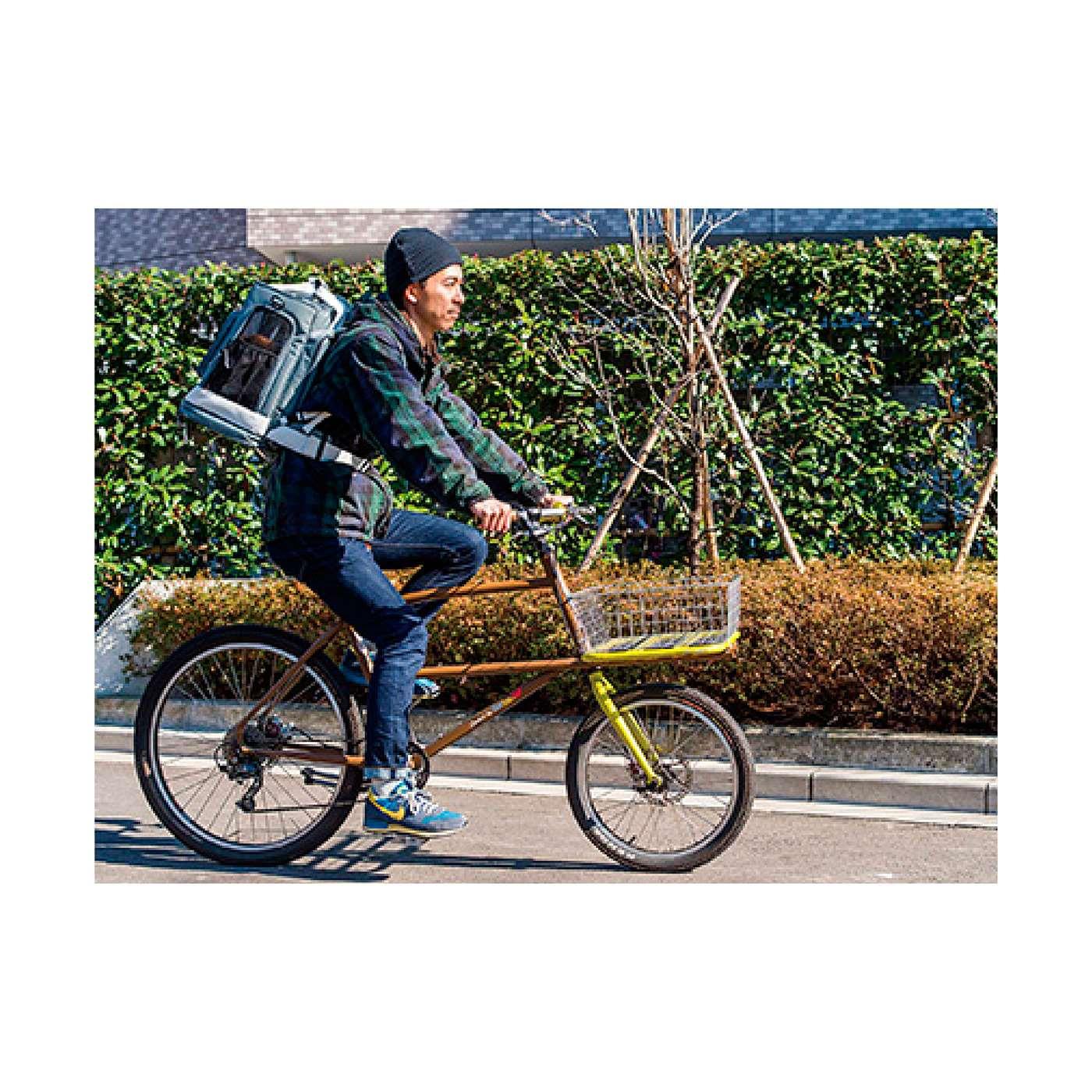 背負うと軽い! 登山リュックのようにからだに固定できて、高いフィット感。しっかりしたつくりながら背負った時に軽く感じる設計です。自転車でもらくらく!