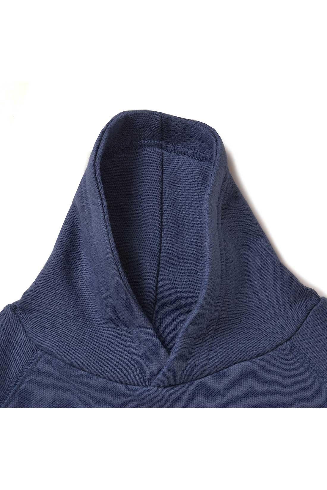 フード風の衿だから、引っ掛かりにくく安心。