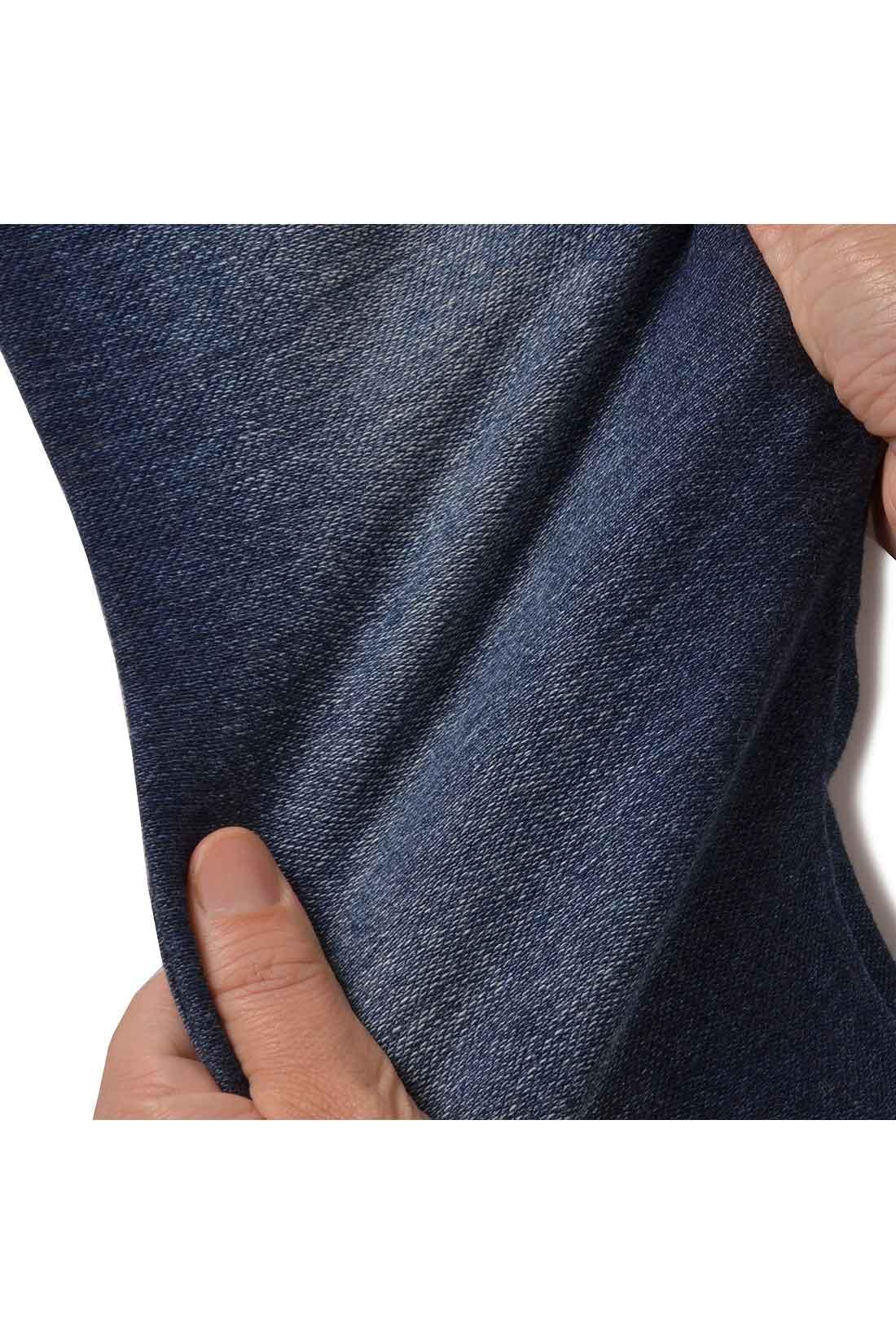 デニムで使う糸をニットのように編み立てて、ぐいーんとのびのび。