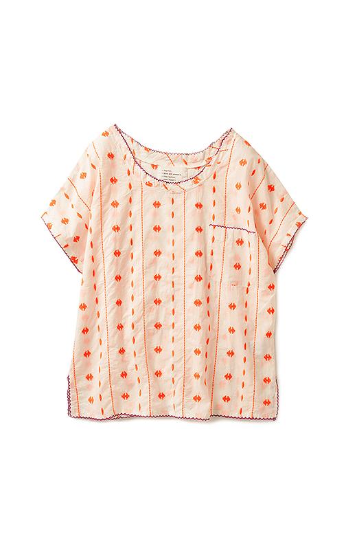 胸ポケット、ネックライン、袖、すその各所に、ピコピコした配色ステッチをきかせました。