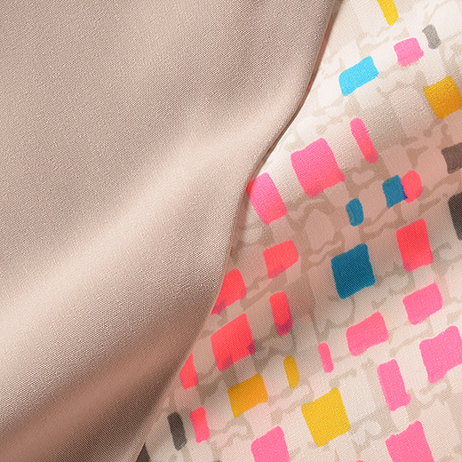 蛍光色が入ったプリントの総柄と光沢感のある無地の組み合わせ。