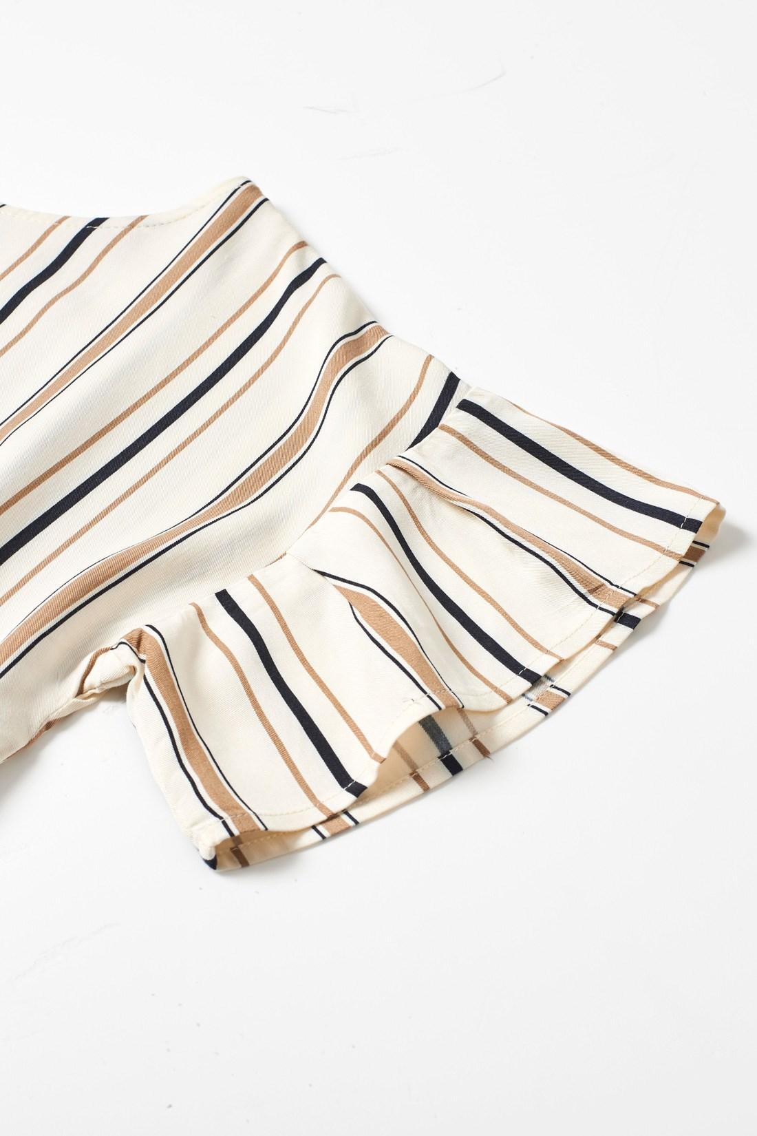 袖のぺプラムデザインで二の腕をほっそり見せて華やかに。