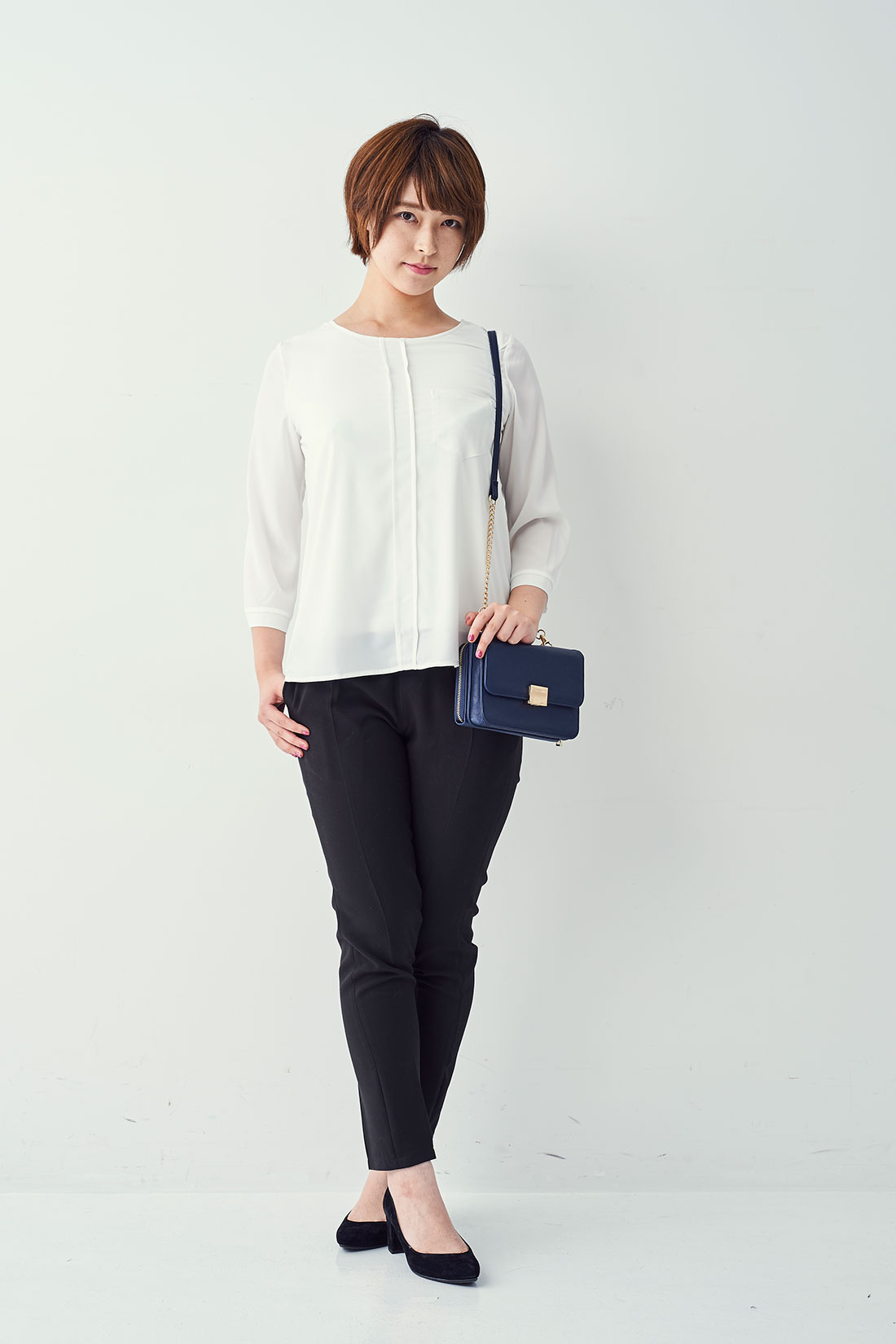 お仕事着にも重宝するシャツ風デザイン。ヒールや辛口小物でできる女風に!