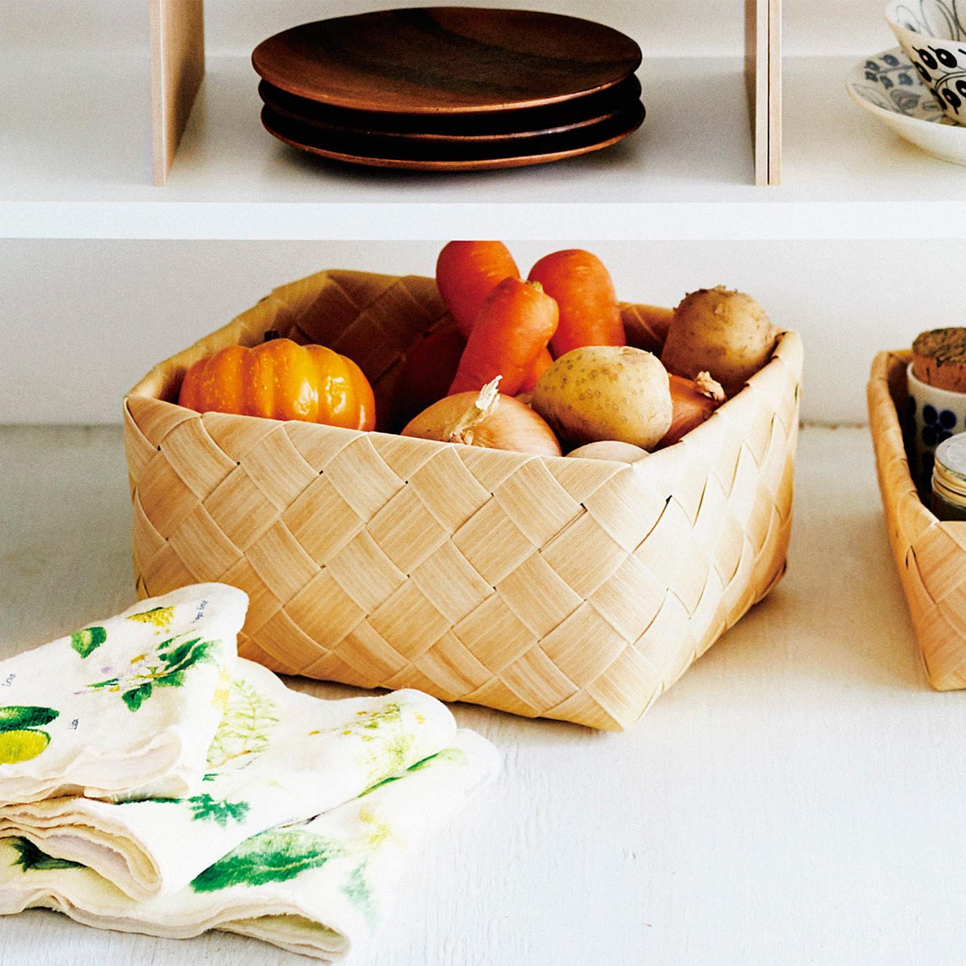 キッチンで。食品の直入れもOKなので、野菜のストックを入れて。