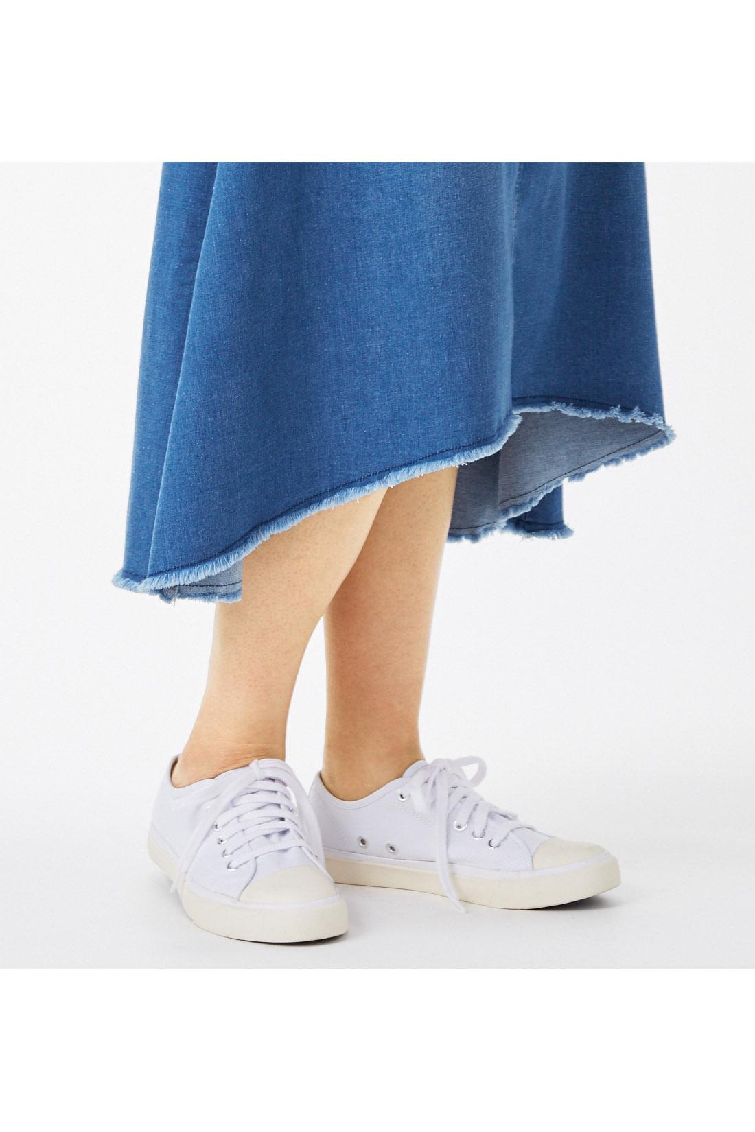 スニーカーにも合うミディー丈フィッシュテール 脚を細く長く見せてくれる今季人気のフィッシュテールはひざ下のミディー丈で大人の女性らしさを強調。カジュアルなスニーカースタイルも上品に決まる。
