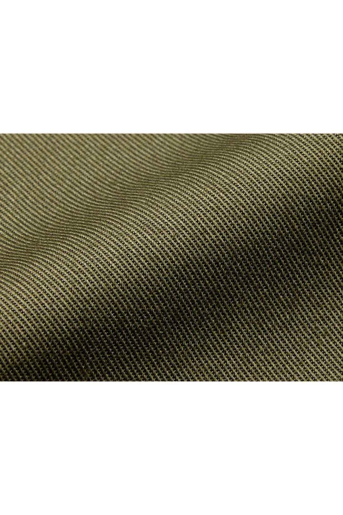 ほどよい厚みのストレッチツイル 目の詰まったキレイ目ツイルなので、カジュアルになりすぎず、大人っぽく着られます。