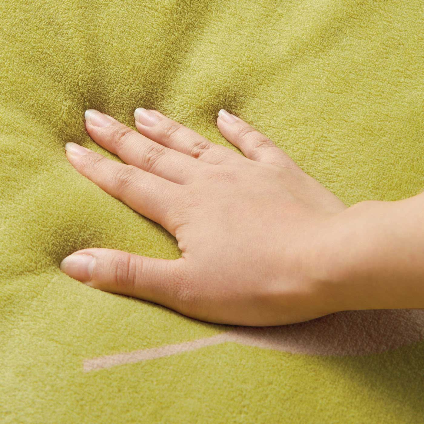 〈表側〉しっとり滑らかな超極細繊維のマイクロファイバー。とろけるような肌ざわりで、寝心地のよさを高めます。