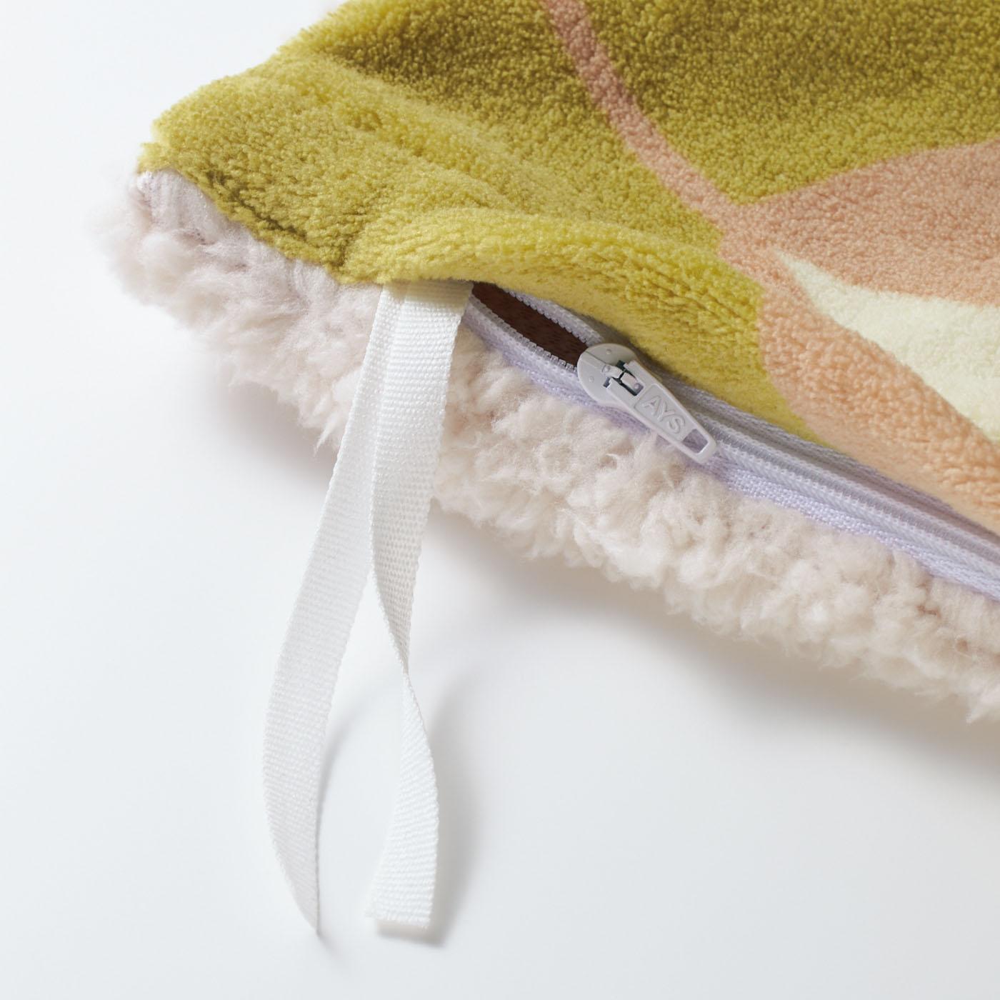 内側には、布団がずれないように固定できるひも付き(シングルサイズは6ヵ所、ダブルサイズは8ヵ所)。