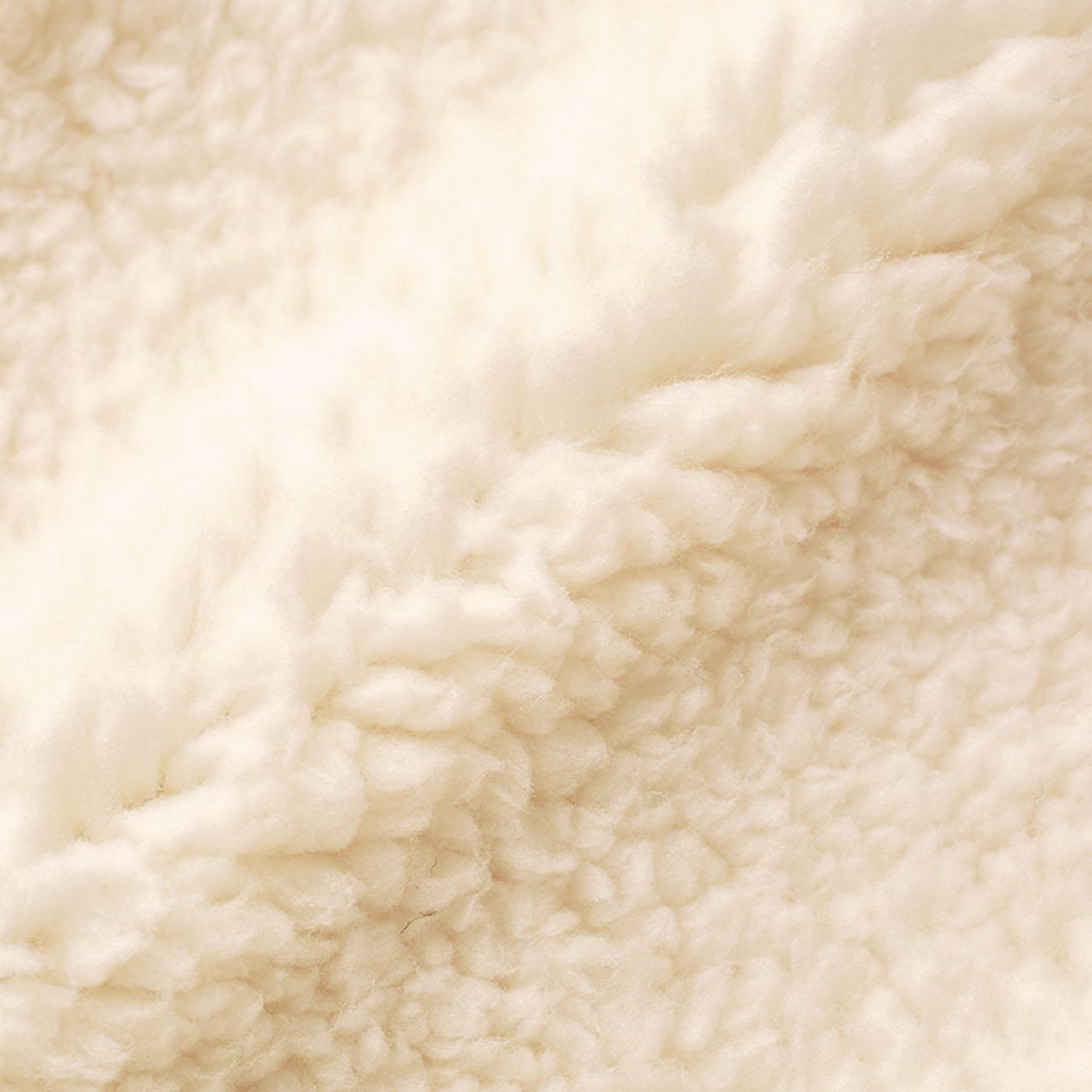 ポケット部分内側:シープボア まるで羊のような毛足が特徴のシープボア。もこもこの毛の間に空気を含んで、あたたかさを保ちます。