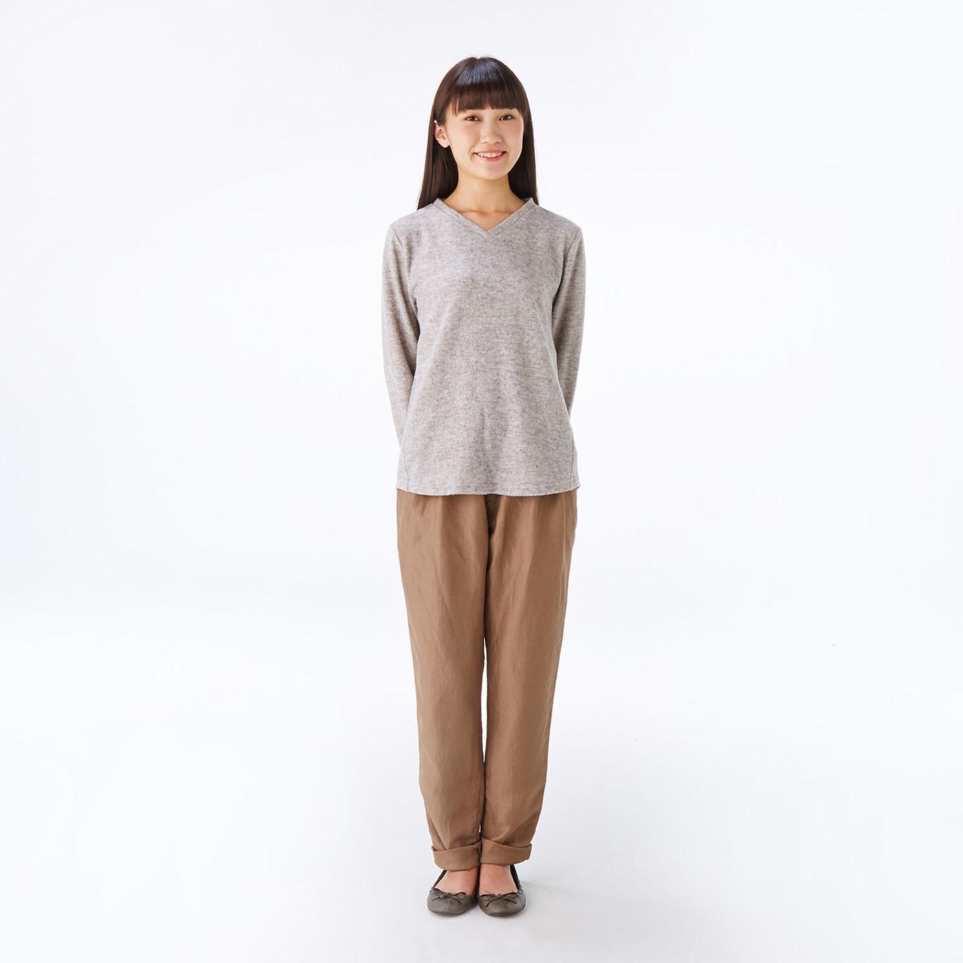 モデル身長約165cm 着用サイズM Vネックトップスは華奢見えするネックラインですっきりと。