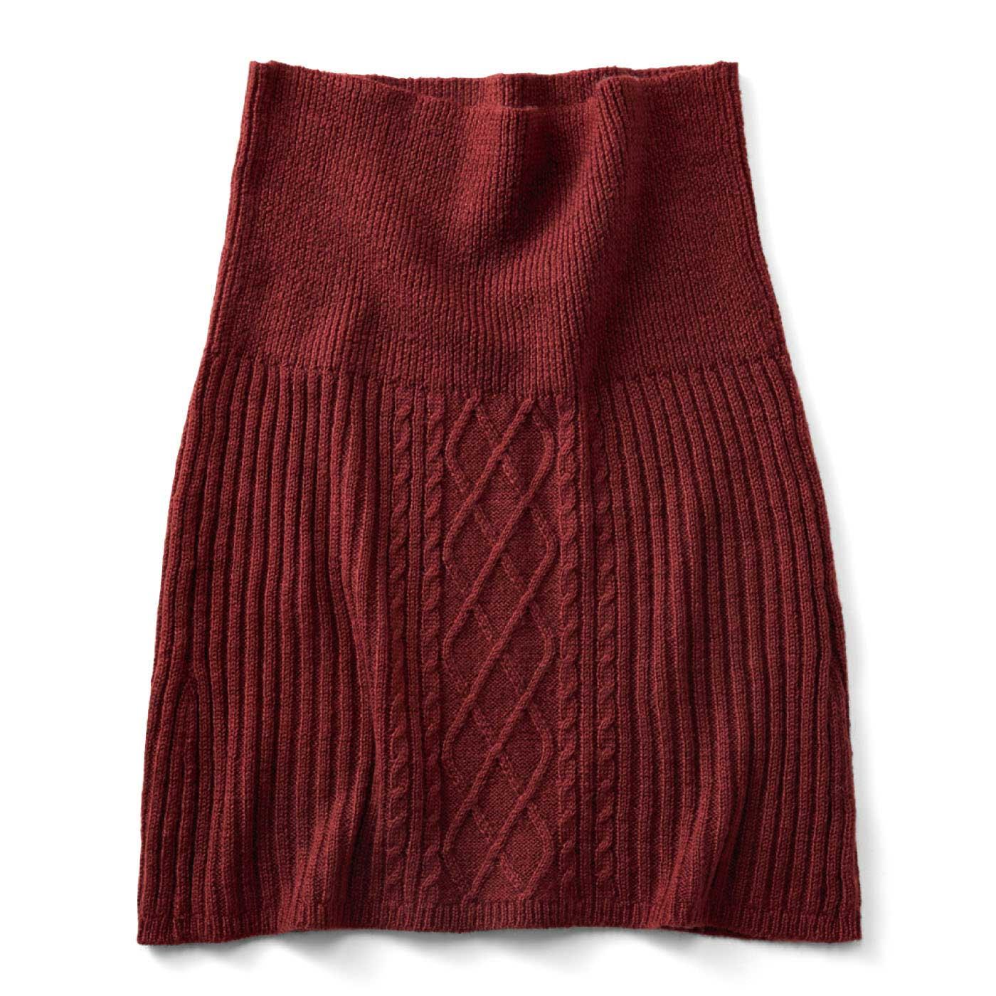 ボルドー 腹巻き部分は細うねのリブ編み。ほどよいフィット感でスマートに暖かく。スカート部分のフロントはアクセントになるケーブル編み。サイドをリブ編みにして、すっきりはける仕様に。