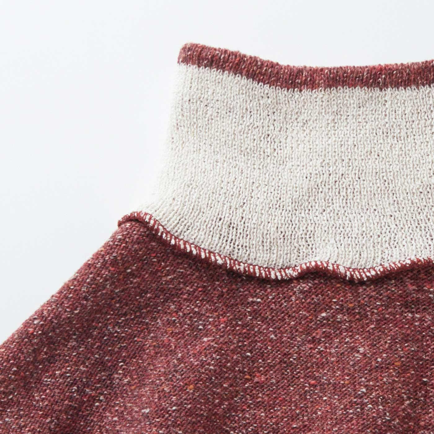裏返すと……すっきりフィットで、肌側のシルク面がネック上辺から見えにくい仕様。