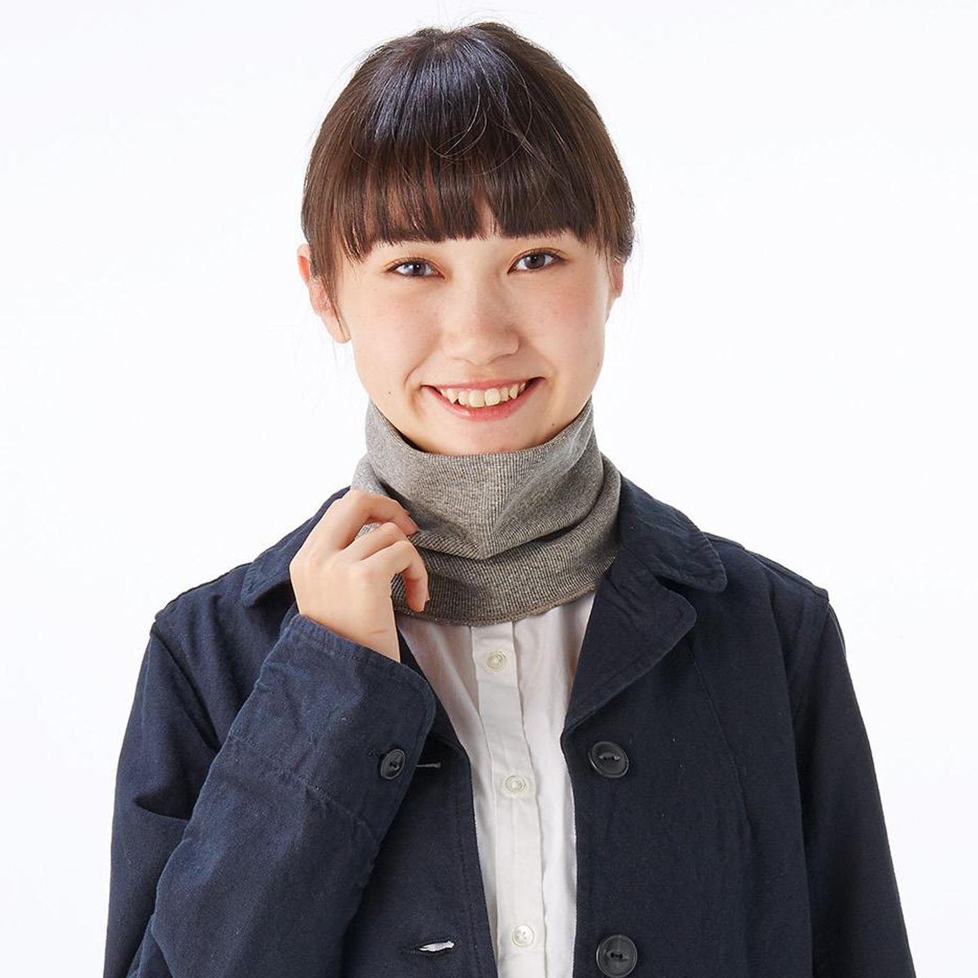 首まわりをやさしく包んで締め付けないリブ編み。