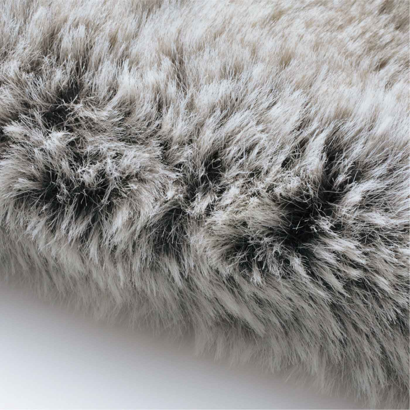 フェイクファーは毛足が長く、グラデーションをほどこしているので、とてもリアルな風合い。