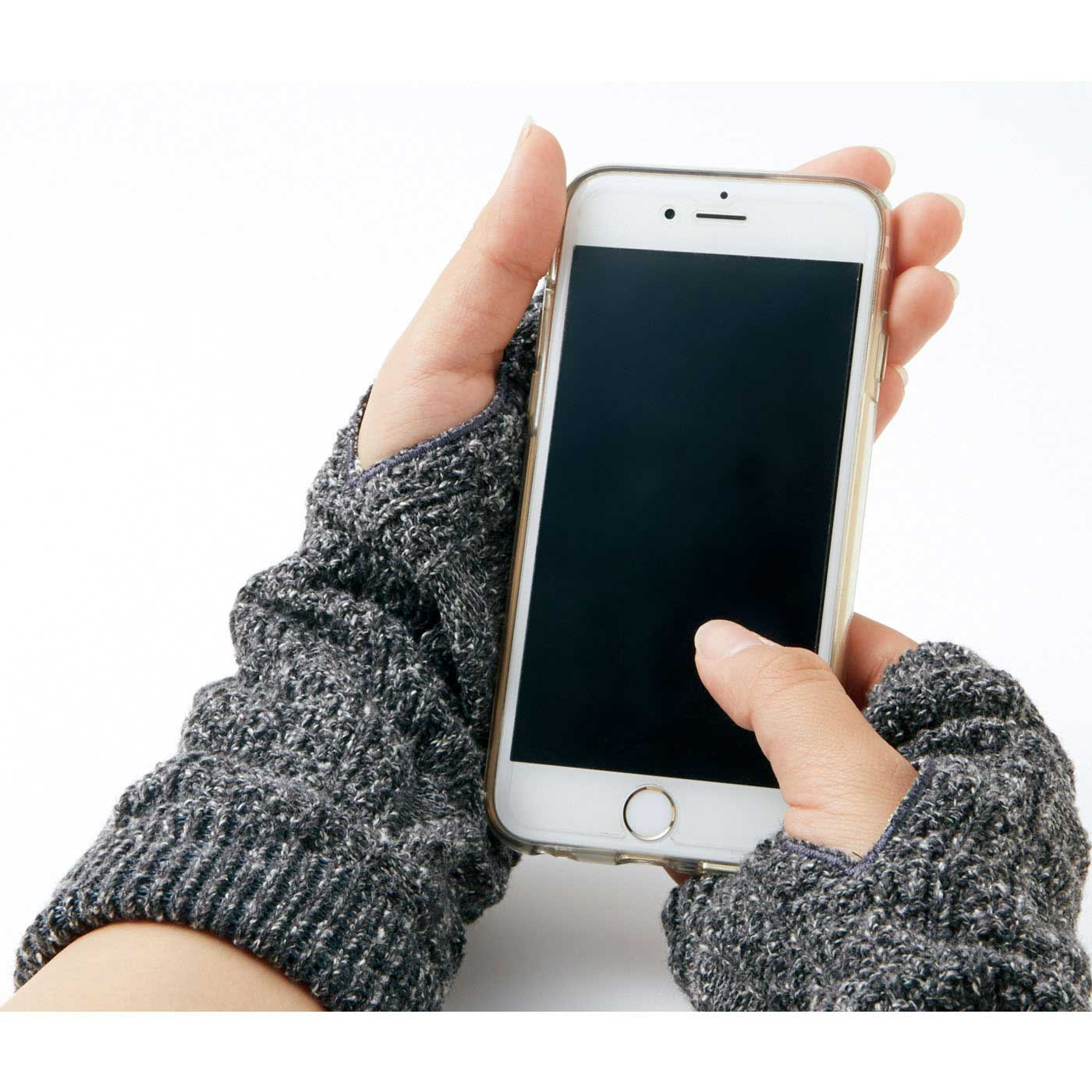 親指ホール付きで、スマートフォンやキーボード操作も快適です。