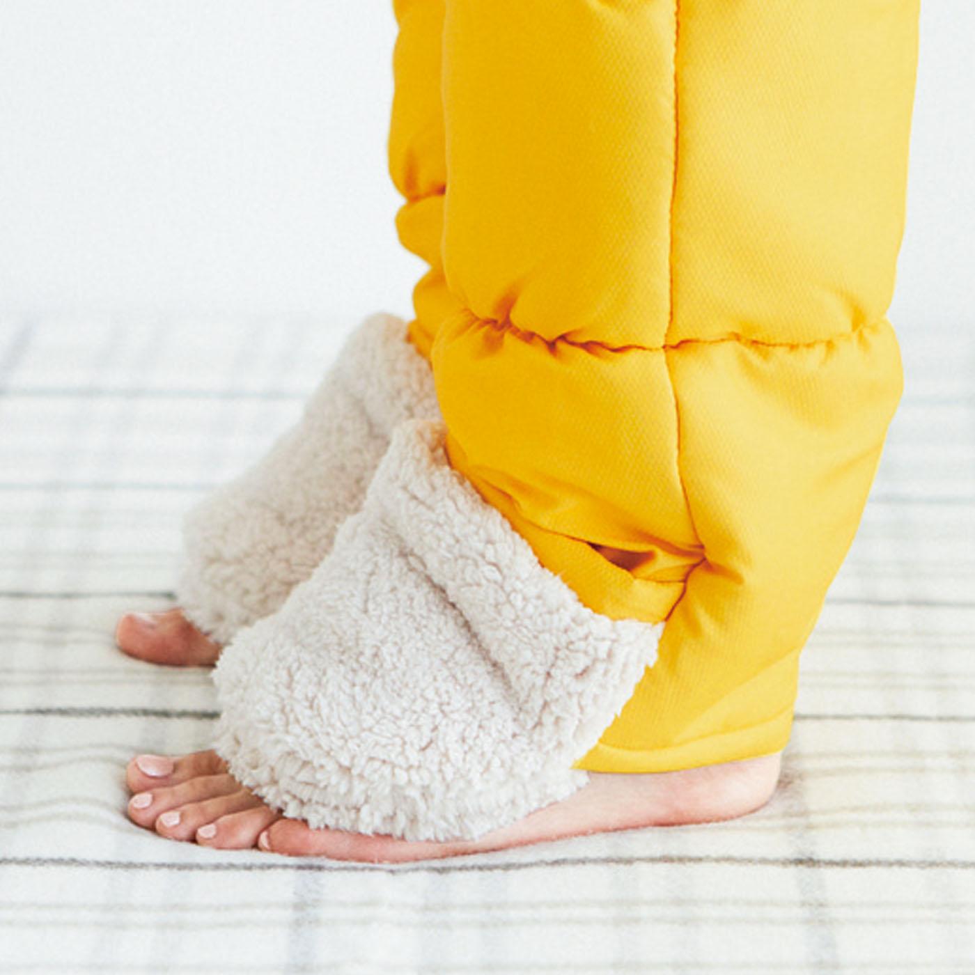 はいたまま歩けます!甲の部分をくるっと折り上げると、かかと下のスリットから足が出せます。