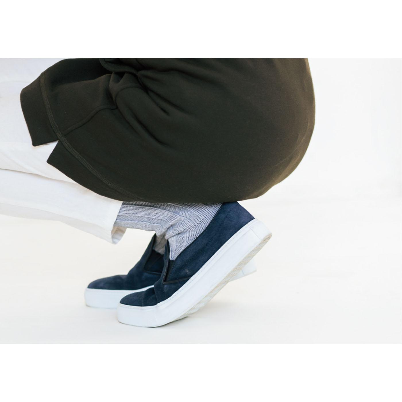 しゃがんでも動いても、腰・ヒップまわりをすっぽりカバーする丈感でぬくもりキープ。